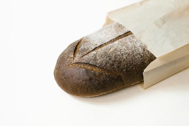 Черный ржаной хлеб в коричневой крафт-бумаге