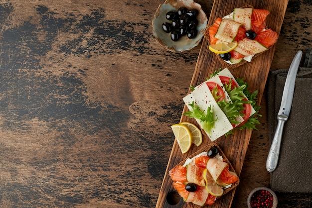 Черный ржаной хлеб с лососем