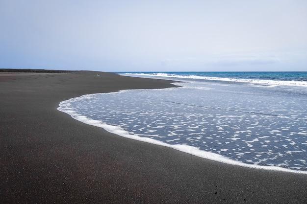 Черный песчаный пляж на острове фого, кабо-верде, африка