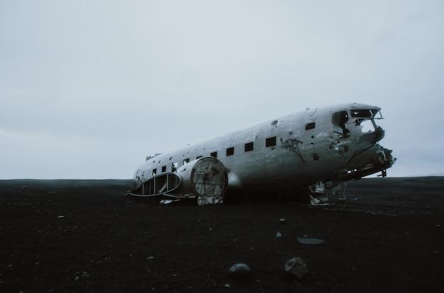 Черный песчаный пляж в исландии, с крушения самолета
