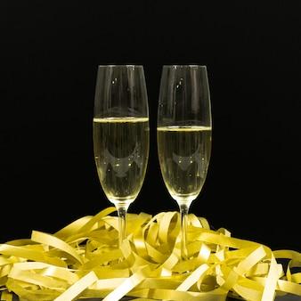 Черная сцена с двумя бокалами шампанского.