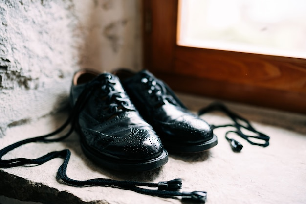 Black scottish groom shoes with rabbit leather long laces - ghillie brogues.