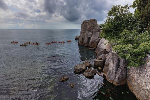 グルズフクリミアカヤック近くの黒海沿岸は岩の中にあります
