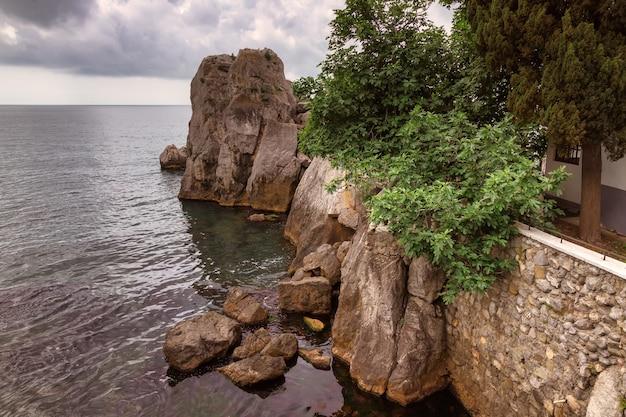 クリミア半島のグルズフ近くの黒海沿岸。
