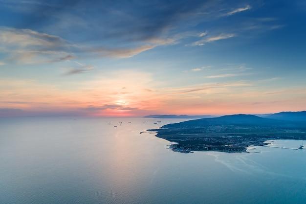 Черное море. геленджикская бухта-мыс на закате