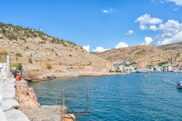 Черноморский курорт крым, россия, жаркие летние волны и голубое небо