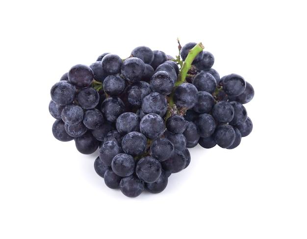白で分離された黒い種なしブドウ