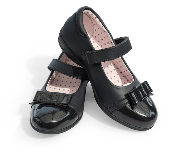白で隔離される黒の輝きの革の女の子の靴