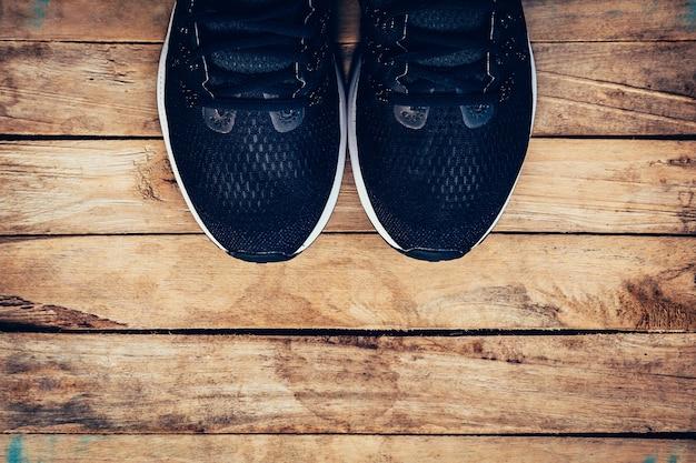 黒い靴カジュアルとスニーカースペースの木の背景に。