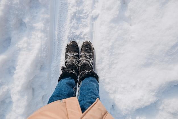 눈에 서있는 검은 신발 야외에서 걷는 발 신발