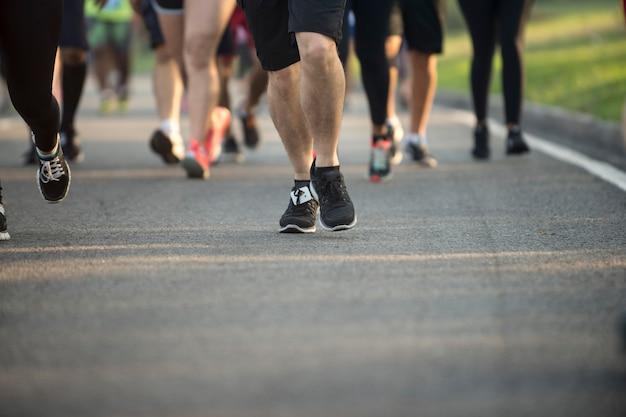 Черные туфли теннис марафонца во время уличного мероприятия