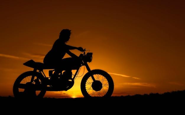レトロなカスタムバイクの女の子の黒いシルエットオートバイと女の子