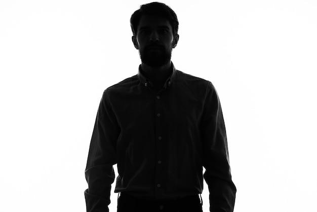 Черный силуэт мужчины на белой модели обрезанный