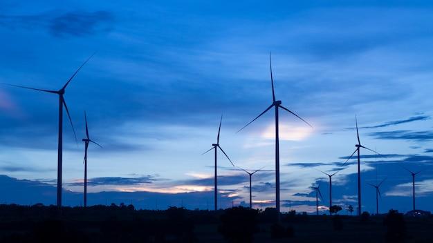 Windturbineson의 검은 실루엣 태국의 바람 농장에서 놀라운 일몰