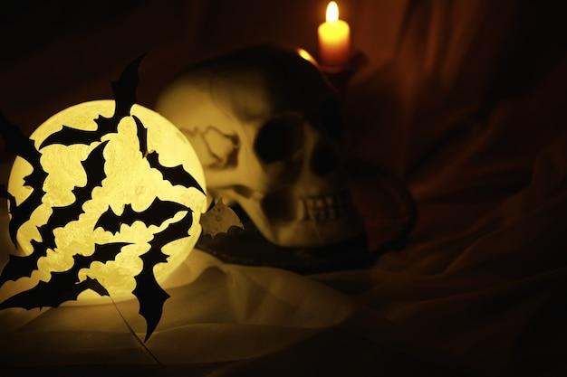 Черные силуэты летучих мышей на фоне луны хэллоуин концепции