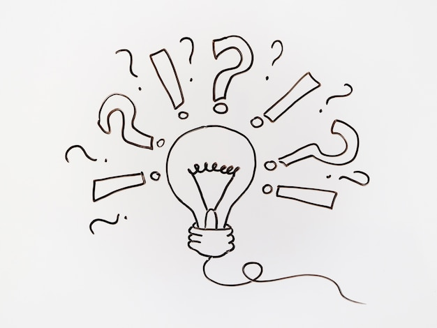 Черные зарисовки с вопросительным знаком и лампочкой
