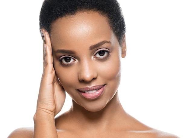 白で隔離される黒い肌の美しさの女性純粋な自然な肌のアフロの女の子。スタジオショット。