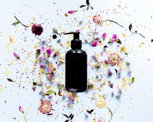 블랙 스킨 케어 크림 병 및 마른 꽃