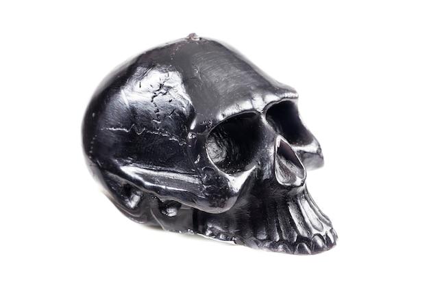 白い背景の上の黒い頭蓋骨。