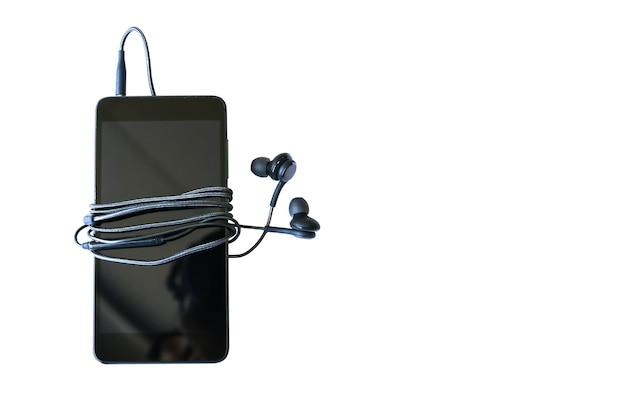 흰색 배경에 이어폰이 분리된 검은색 스마트폰. 현대 기술 연결입니다. 디지털 셀.