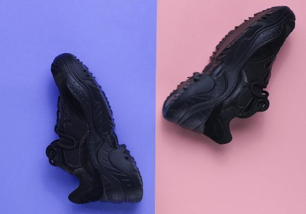 Черные кроссовки на пастельном фоне
