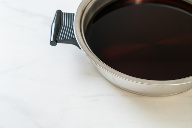 샤브샤브 또는 스키야키를위한 냄비에 검은 수프-일식 스타일