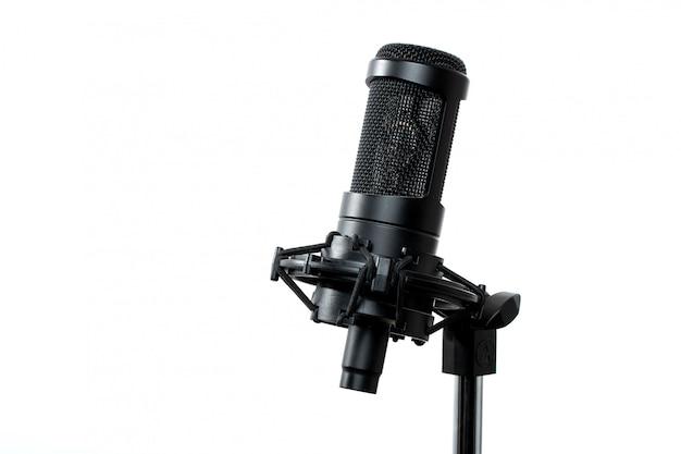 スタジオで立っている黒いマイクロフォン