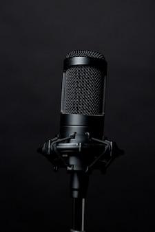 Черный стоящий микрофон