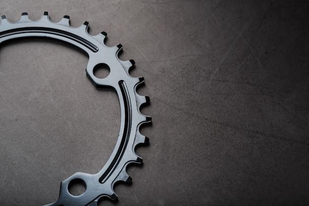 ナローワイド自転車コネクティングロッドシステムのブラックスター。黒の背景に走っている自転車の星の歯のパターン。ダークキー、上面図