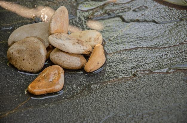 Черный камень фоновой текстуры природного минерального блока