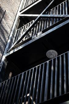 Черная уличная лестница. обратный выход из здания