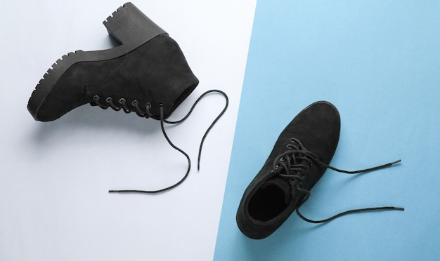 종이 바탕에 구두 끈으로 블랙 스웨이드 부츠. 평면도