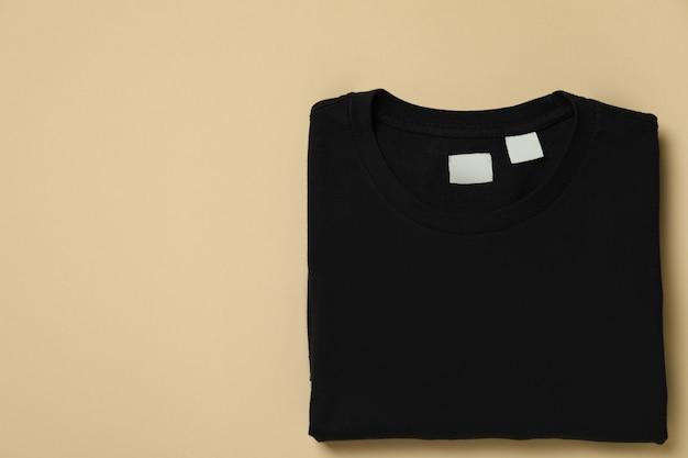 ベージュの表面に黒のスウェットシャツ