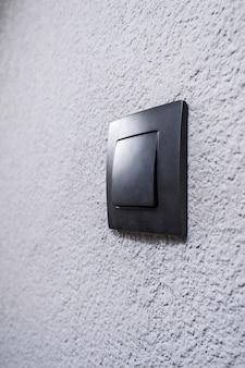 Черный выключатель на стене