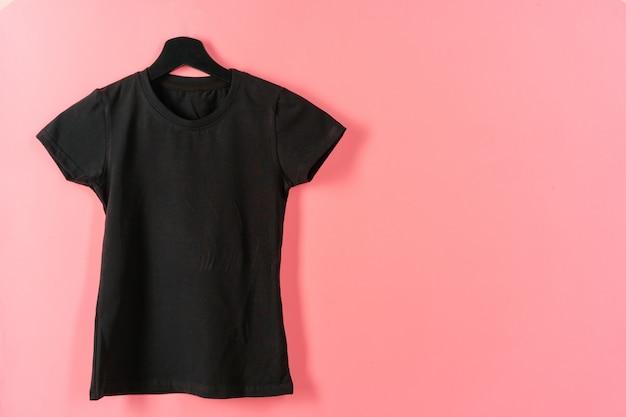 ハンガーに掛かっている黒のtシャツ