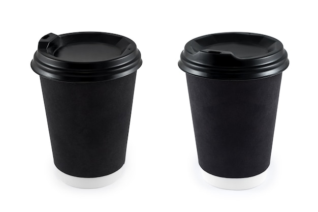 Черные бумажные кофейные чашки на вынос на белом изолированы. пустой бумажный стаканчик с кофе одноразовый на вынос или в дорогу для логотипа приложения, место для макета дизайна.