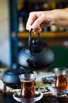 紅茶と急須を手に