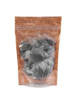 갈색 종이 봉지에 담긴 블랙 티백. 벌크 제품용 플라스틱 창이 있는 doy-pack. 확대. 흰색 배경. 외딴.