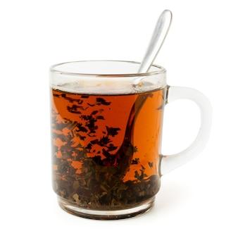Черный чай в стеклянной чашке на белом, изолированные.