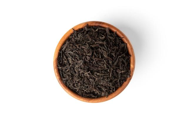 Черный чай на белом фоне.