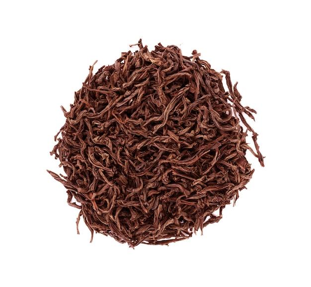 Листья черного чая, изолированные на белом фоне, вид сверху