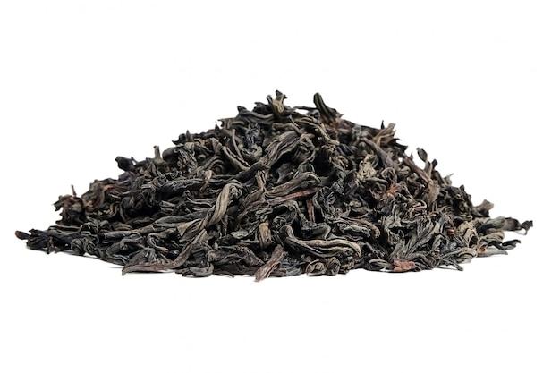 Черный чай рассыпной сушеный чайный лист. изолированные на белом фоне
