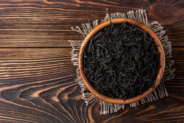 暗い木製の背景に紅茶。