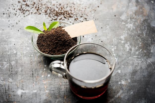 홍차 분말 또는 녹색 잎이 있거나 없는 마른 먼지를 컵에 담아 뜨거운 차이로 제공