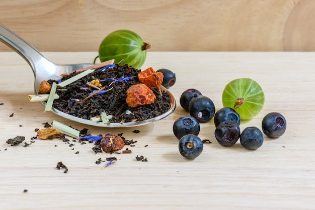 Черный чай с разными фруктами и ягодами