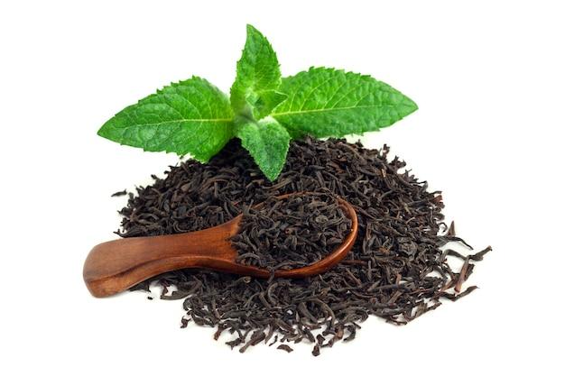 Черный чай с мятой и деревянной ложкой