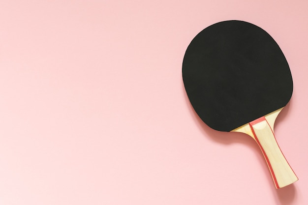 탁구 핑크 배경 스포츠 장비에 고립 된 검은 테니스 탁구 라켓