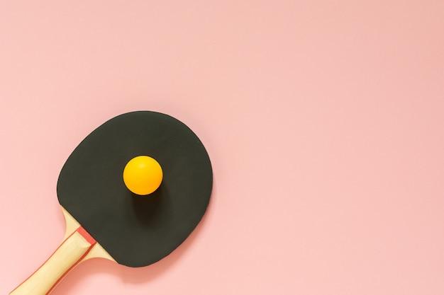 분홍색 표면, 탁구 스포츠 장비에 고립 된 검은 테니스 탁구 라켓