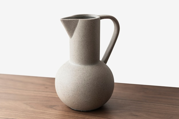 Vaso brocca in ceramica testurizzata nera su un tavolo di legno