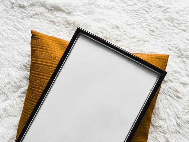 Черная тонкая деревянная рамка с пустым пространством в виде постера, фотопечать, макет, золотая подушка и ...